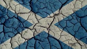 Concepto de la crisis política: Grietas del fango con la bandera de Escocia fotos de archivo