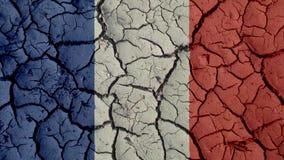 Concepto de la crisis política: Grietas del fango con la bandera de Francia foto de archivo