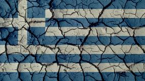 Concepto de la crisis política: Grietas del fango con la bandera de Grecia fotografía de archivo libre de regalías