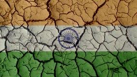 Concepto de la crisis política: Grietas del fango con la bandera de la India fotografía de archivo libre de regalías