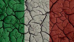 Concepto de la crisis política: Grietas del fango con la bandera de Italia imagen de archivo libre de regalías