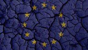 Concepto de la crisis política: Grietas del fango con la bandera de la UE imágenes de archivo libres de regalías
