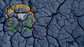 Concepto de la crisis política: Grietas del fango con Nevada Flag foto de archivo libre de regalías
