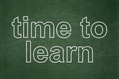 Concepto de la cronología: Hora de aprender en fondo de la pizarra stock de ilustración