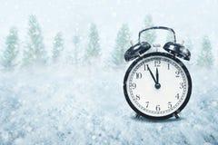 Concepto de la cuenta descendiente del Año Nuevo con el reloj y las nevadas de tiempo Fotografía de archivo