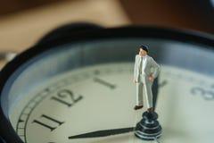 Concepto de la cuenta descendiente del negocio o del tiempo como figu miniatura del hombre de negocios Imagen de archivo