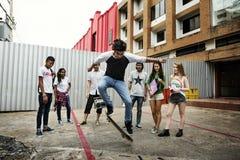 Concepto de la cultura joven de la actividad de la unidad de la amistad de la gente Imagenes de archivo
