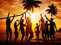 Concepto de la cultura joven de la felicidad del disfrute del partido del verano de la playa Foto de archivo libre de regalías