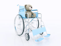 Concepto de la desventaja del niño: oso de peluche marrón en silla de ruedas Foto de archivo libre de regalías