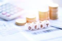Concepto de la deuda con la moneda de la pila de la calculadora en el papel de la cuenta de la factura/las responsabilidades crec imagen de archivo libre de regalías