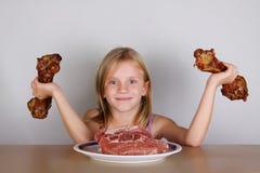 Concepto de la dieta del keto del carnívoro - pequeña muchacha rubia que come la carne cruda fotos de archivo