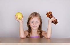 Concepto de la dieta del keto del carnívoro - pequeña muchacha rubia que come la carne cruda foto de archivo libre de regalías