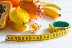 Concepto de la dieta de la fruta tropical con la cinta métrica Imagen de archivo