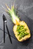 Concepto de la dieta de Holidey o concepto tropical del menú de la Navidad El árbol de navidad hecho de la piña y el kiwi en piza Imagen de archivo