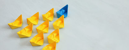 Concepto de la dirección con los barcos de papel Foto de archivo