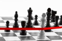 Concepto de la dirección del ajedrez con la figura del ` s del rey que cruza la aleta roja Fotos de archivo libres de regalías