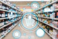 Concepto de la distribución del canal de márketing del comercio electrónico del carro de la compra en fondo del supermercado fotografía de archivo