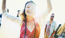Concepto de la diversión de la felicidad del partido de la playa de los amigos de los adolescentes Fotografía de archivo