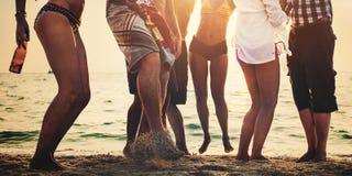 Concepto de la diversión de los amigos del verano de la playa del partido junto Imagen de archivo libre de regalías