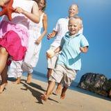 Concepto de la diversión de la playa de Mother Son Daughter del padre de la familia Imágenes de archivo libres de regalías
