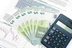 Concepto de la economía con los nuevos 2013 cinco billetes de banco euro Imágenes de archivo libres de regalías