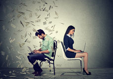 Concepto de la economía de la remuneración a los trabajadores Concepto de la diferencia de la paga imagenes de archivo