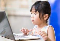 Concepto de la educación, de la escuela, de la tecnología y de Internet - asiático lindo Foto de archivo