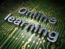 Concepto de la educación: En línea aprendiendo en fondo de la placa de circuito Fotografía de archivo libre de regalías
