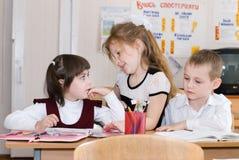 Concepto de la educación - enseñe a los estudiantes en la clase fotografía de archivo libre de regalías