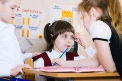 Concepto de la educación - enseñe a los estudiantes en la clase fotos de archivo