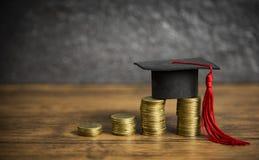 Concepto de la educación de las becas con el casquillo de la graduación en el ahorro del dinero de la moneda para la educación fotografía de archivo libre de regalías