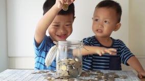 Concepto de la educación de los niños con el tarro del dinero almacen de video