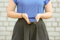 Concepto de la educación Muchacha con el teléfono elegante Fotografía de archivo