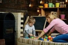 Concepto de la educación Poco juego educativo con la mujer, educación del juego de niños Cuidado de niños y educación Niñez tempr imagenes de archivo