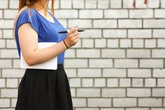 Concepto de la educación Una muchacha con un marcador Imagen de archivo