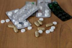 concepto de la enfermedad No a las drogas y al concepto de las píldoras Empaquetado de tabletas y de píldoras en la tabla imagen de archivo