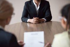 Concepto de la entrevista de trabajo, candidato de trabajo masculino africano que habla con los reclutadores imagen de archivo libre de regalías