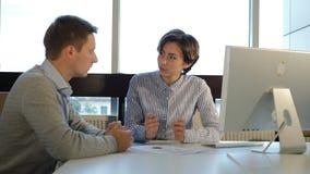 Concepto de la entrevista de trabajo Un hombre joven se está entrevistando con en oficina Tirado en 4 k almacen de metraje de vídeo
