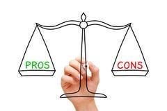 Concepto de la escala de la balanza del contra de los pros Fotografía de archivo libre de regalías