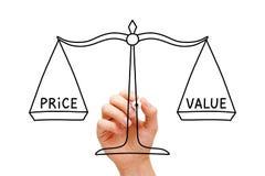 Concepto de la escala de la balanza del valor del precio fotos de archivo
