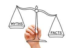 Concepto de la escala de los mitos de los hechos Imagen de archivo