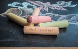Concepto de la escuela en campanas y el cuaderno dibujados de la tiza de pizarra Imagen de archivo libre de regalías