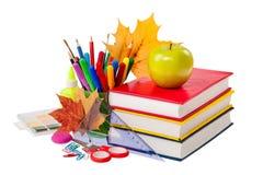 Concepto de la escuela - libros, hojas, manzana y efectos de escritorio aislados Imágenes de archivo libres de regalías