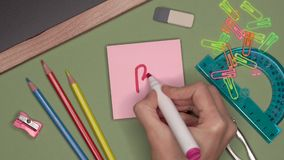 Concepto de la escuela Mujer que escribe b B con la marca menos en la libreta pegajosa almacen de metraje de vídeo