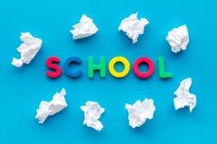 Concepto de la escuela La escuela de la palabra alineó con las letras coloridas cerca del documento arrugado sobre la opinión sup fotografía de archivo