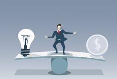 Concepto de la estabilidad del negocio del riesgo de la moneda del bulbo y del dinero de Balancing Between Light del hombre de ne Foto de archivo