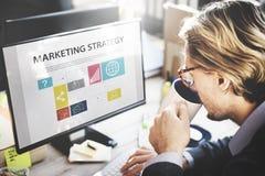 Concepto de la estrategia de marketing de Thinking Planning Working del hombre de negocios Fotografía de archivo