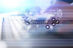 Concepto de la estrategia de marketing en la pantalla virtual Concepto de Internet, de la publicidad y de la tecnología digital C Fotografía de archivo libre de regalías