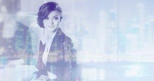 Concepto de la exposición doble con la mujer de negocios y la metrópoli en fondo Con efectos luminosos especiales fotos de archivo