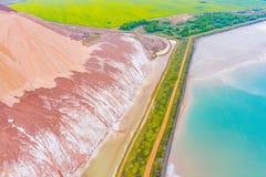 Concepto de la extracción de sal del potasio Paisaje a?reo rural Problemas ecol?gicos fotografía de archivo